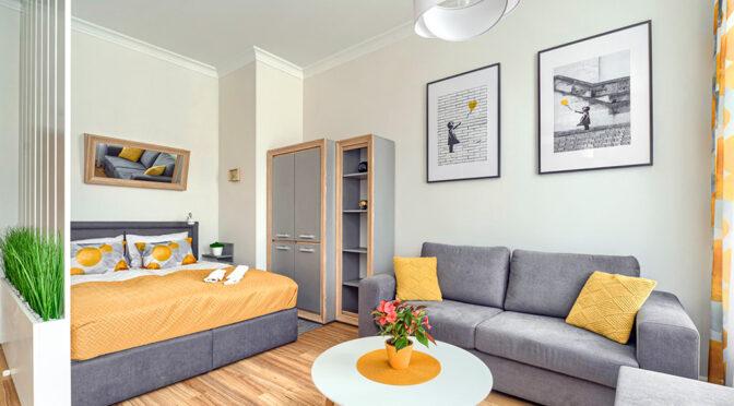 odważna kolorystyka salonu w ekskluzywnym apartamencie do wynajęcia Szczecin