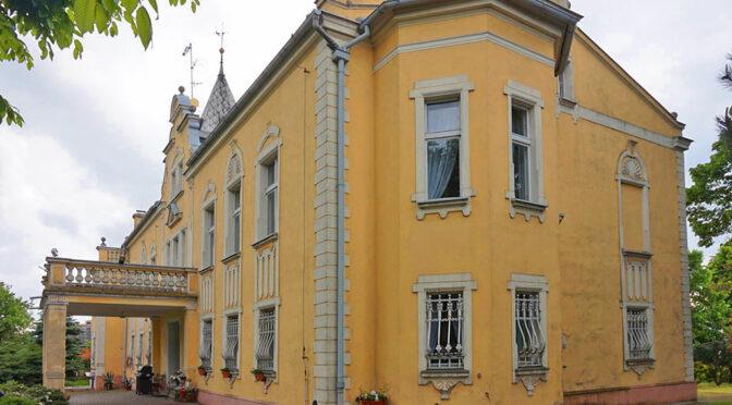 widok z boku na monumentalną bryłę ekskluzywnego aałacu do sprzedaży Wielkopolska