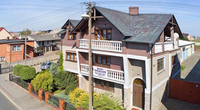 widok z lotu ptaka na bryłę luksusowej rezydencji na sprzedaż Leszno (okolice)