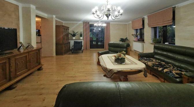kameralne wnętrze pokoju gościnnego w ekskluzywnej rezydencji na sprzedaż Zielona Góra (okolice)