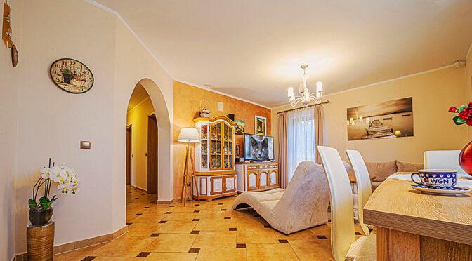 przestronny pokój gościnny w ekskluzywnej rezydencji do sprzedaży Bolesławiec (okolice)