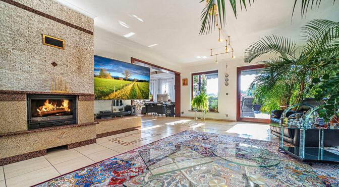 zbliżenie na kominek w salonie ekskluzywnej rezydencji do sprzedaży Jelenia Góra